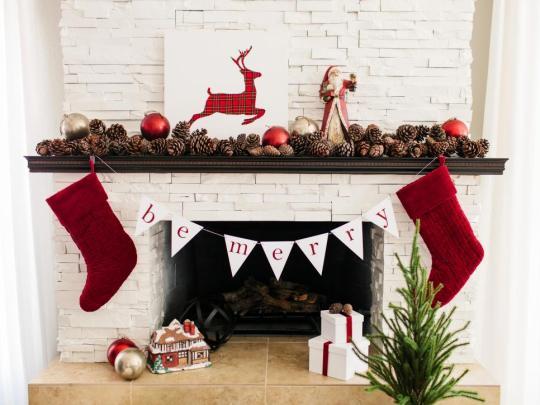original-tomkat_christmas-fireplace-mantel-traditional_h-jpg-rend-hgtvcom-966-725