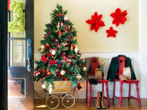 original_brian-patrick-flynn-holiday-house-entryway-beauty1_s4x3-jpg-rend-hgtvcom-966-725