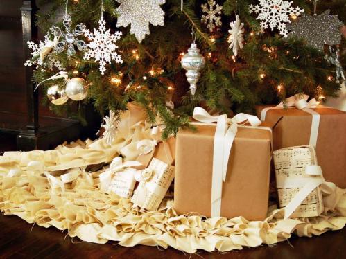 original_marian-parsons-christmas-tree-skirt-beauty-with-presents_s4x3-jpg-rend-hgtvcom-966-725
